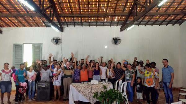 Contratos são assinados por famílias beneficiadas com loteamento Sagrada Família em Oeiras