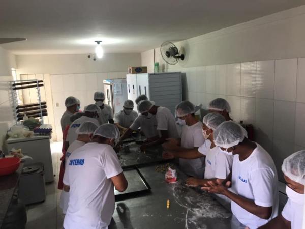 Reeducandos da Penitenciária de Oeiras participam de curso de produção de biscoitos
