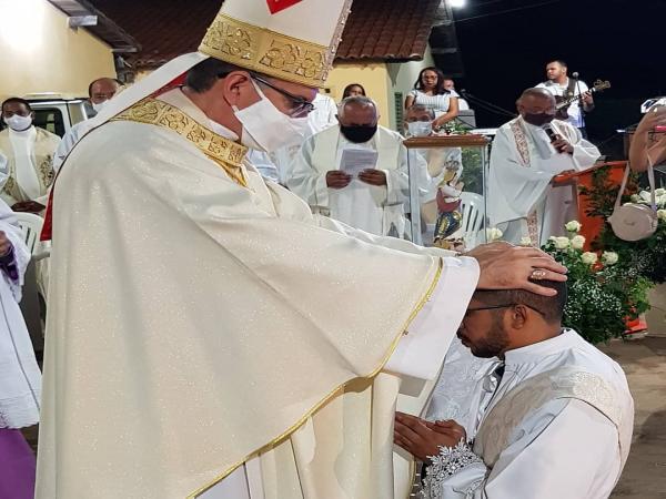 Dom Edilson Nobre realiza ordenação sacerdotal do Diácono Wellington Rodrigues em Conceição do Canindé